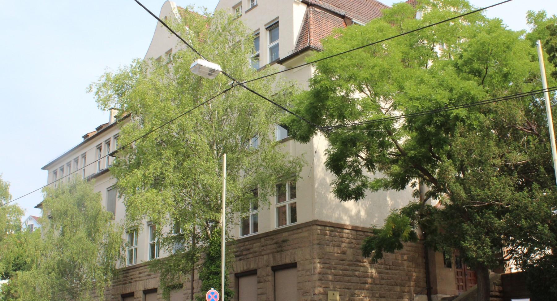 Schule von der Straße aus